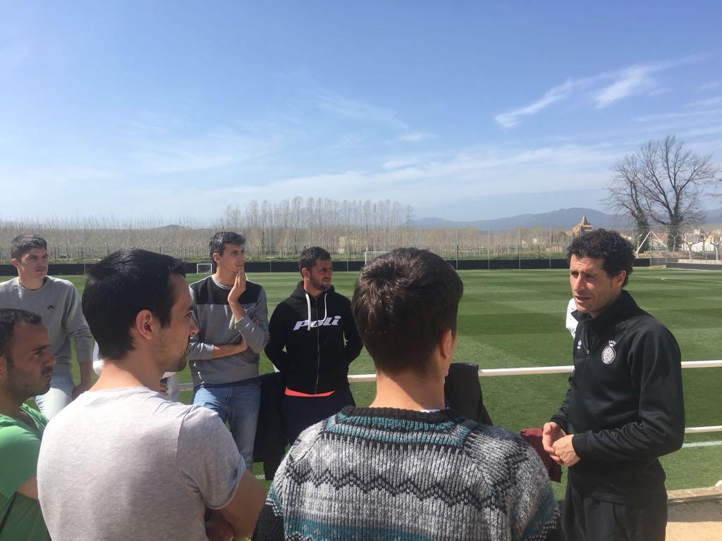 Estudiants del grau en CAFE d'EUSES presencien un entrenament del Girona i parlen amb el preparador físic Jordi Balcells