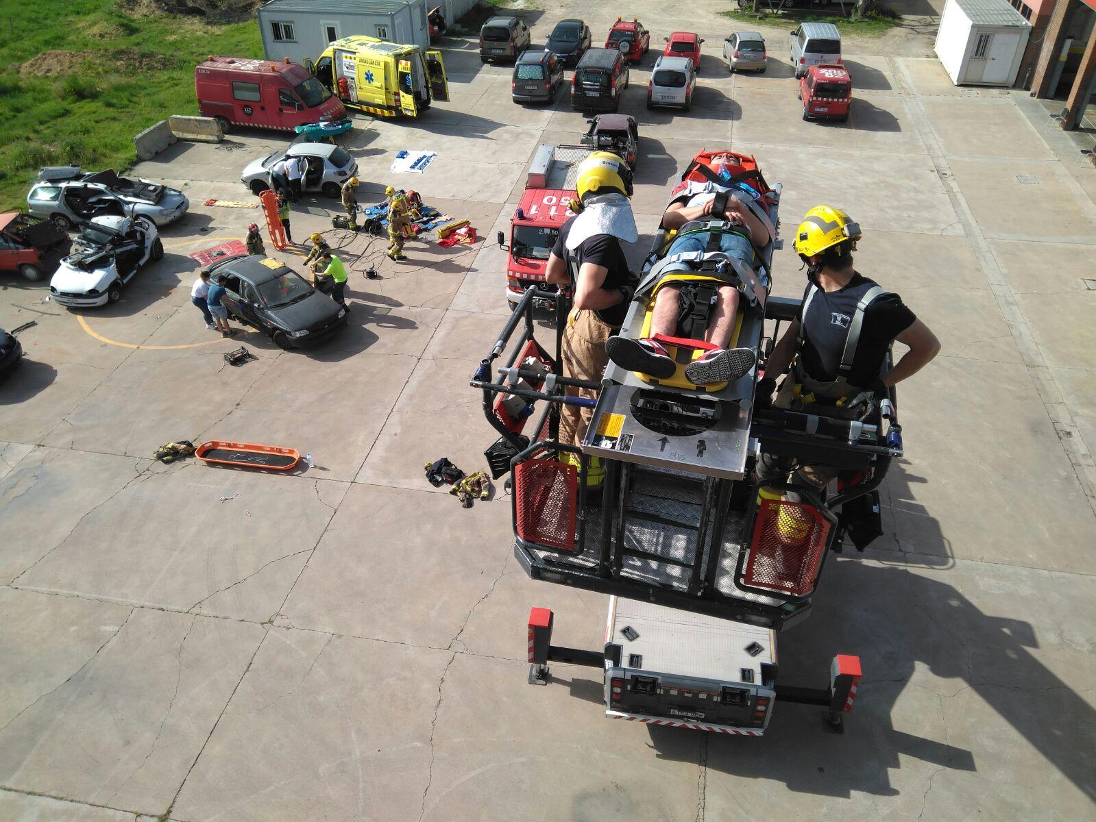 Els alumnes de 2n curs del cicle de Tècnic en Emergències Sanitàries del Centre Garbí realitzen un exercici de salvament i rescat en el Parc de Bombers de Girona