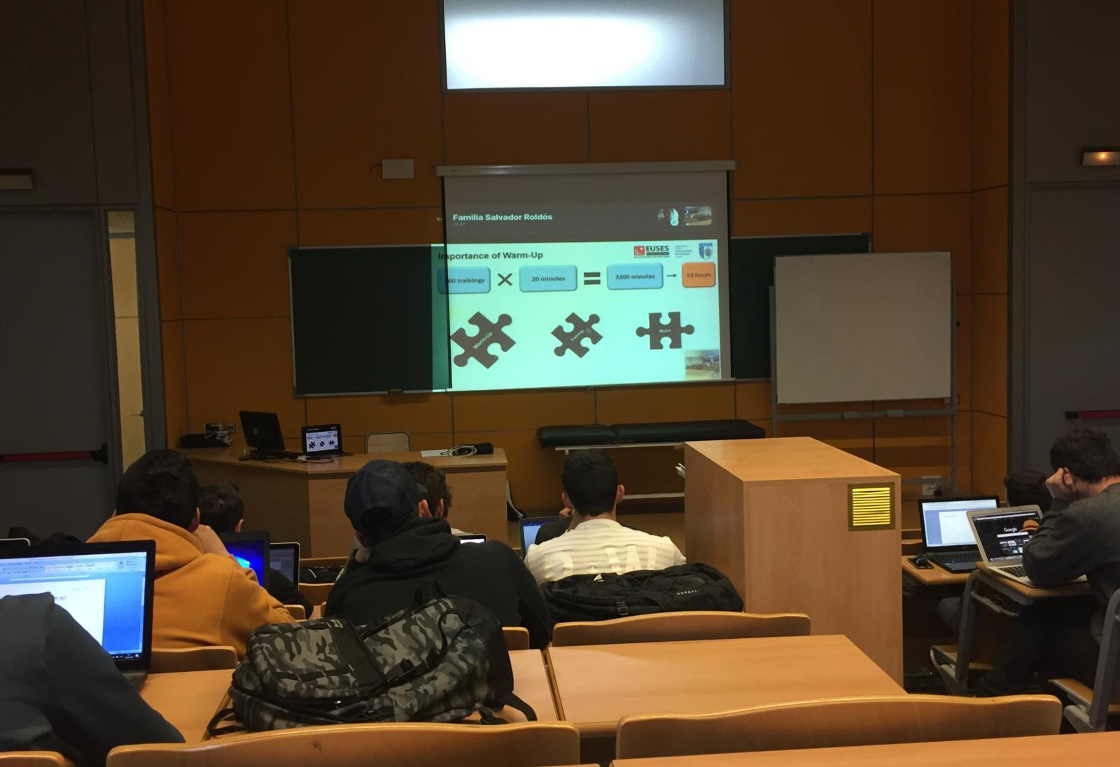 L'exprofessor d'EUSES Xevi Salvador fa una classe per Skype als alumnes de 3r de CAFE sobre la importància de l'entrenament