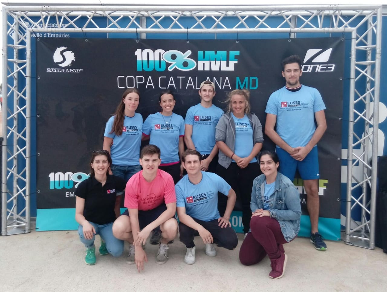 Estudiants del Grau en Fisioteràpia d'EUSES recuperen els participants de la triatló Half Empuriabrava