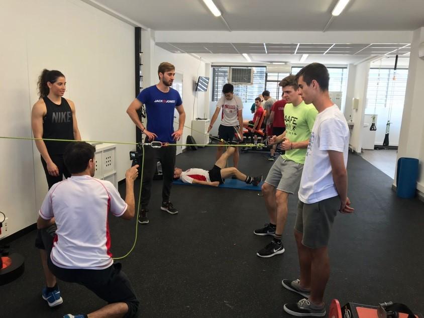 Los alumnos de CCAFD realizan una sesión de preparación física adaptada al balonmano