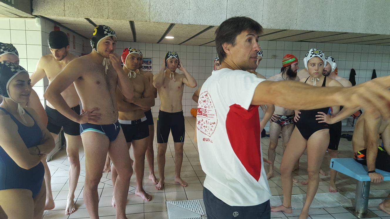 Sessió d'introducció al waterpolo per als alumnes de 3r de CAFE d'EUSES dins l'assignatura d'Esports Aquàtics