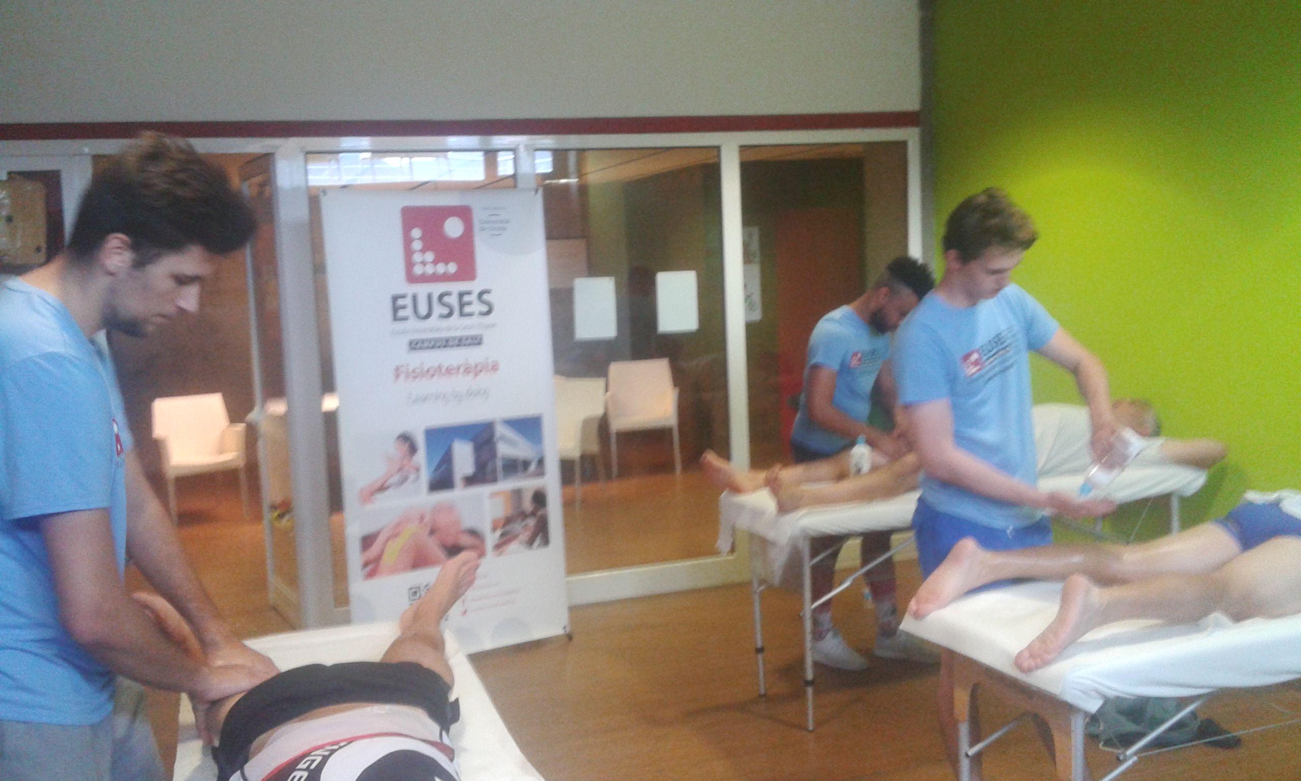 Estudiants del Grau en Fisioteràpia d'EUSES recuperen els participants després de la primera etapa de l'Orbea Cadí Challenge