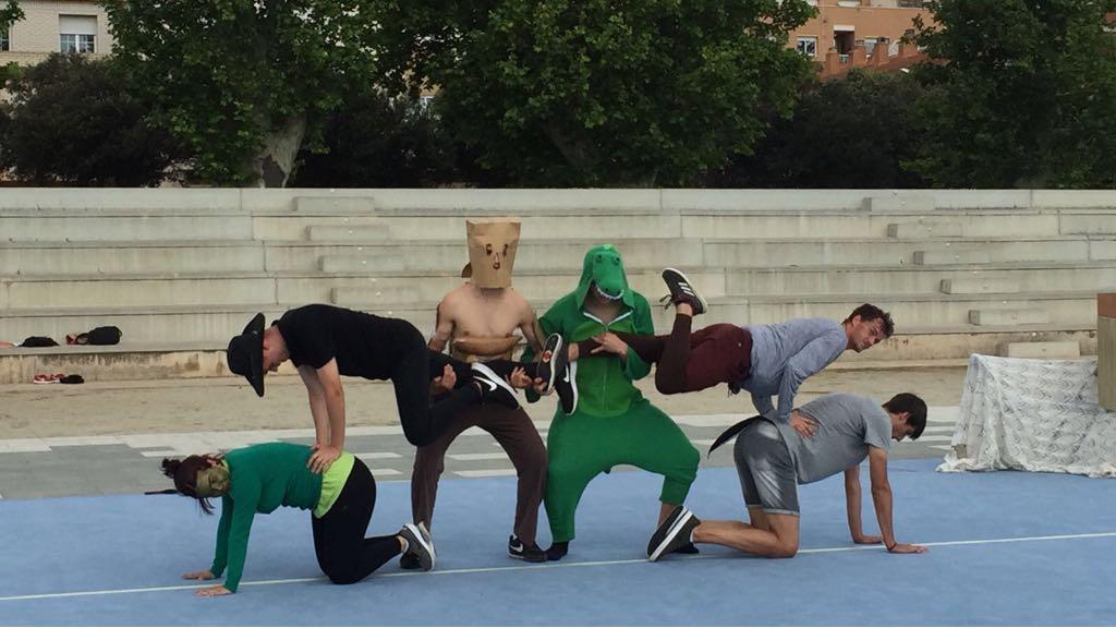Els alumnes de 1r curs de CAFE d'EUSES Terres de l'Ebre realitzen coreografies grupals al Parc dels Xiribecs d'Amposta