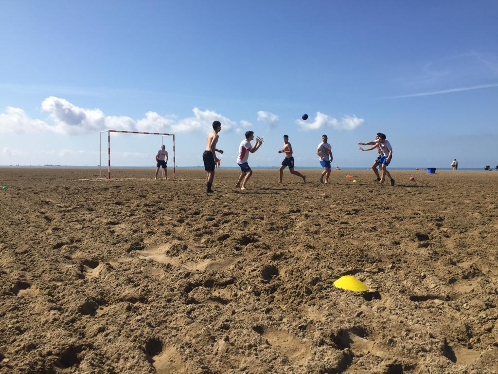 Activitat d'handbol-platja a Sant Carles de la Ràpita per part dels alumnes de 2n curs de CAFE d'EUSES Terres de l'Ebre