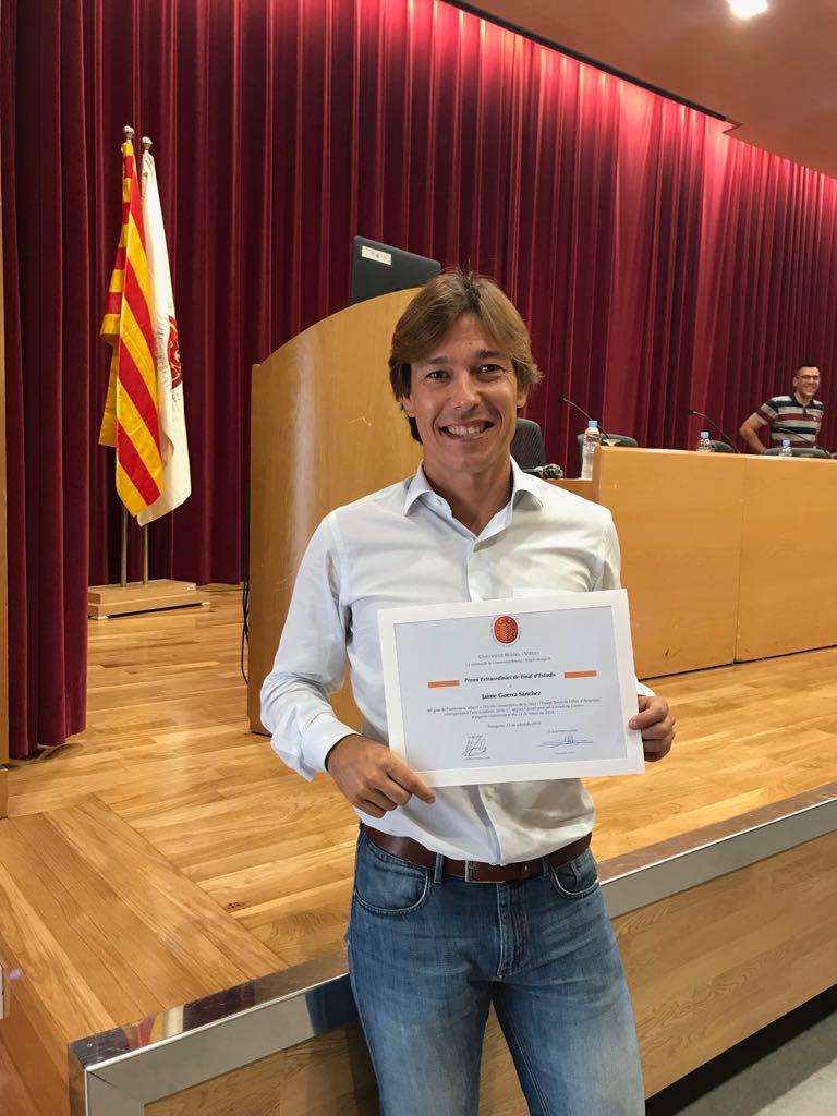 La Universitat Rovira i Virgili lliura el premi al millor expedient del curs 2016/17 al fisioterapeuta graduat per EUSES Terres de l'Ebre Jaume Guerra