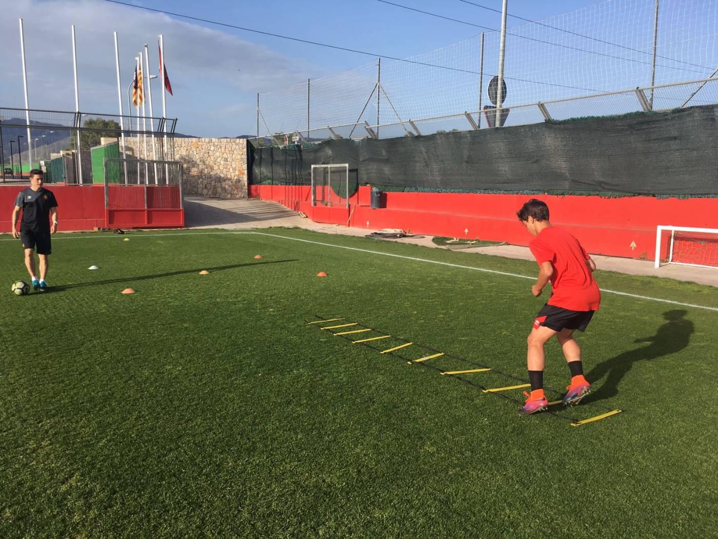 Miquel Àngel Rosselló, graduat en CAFE per l'Escola Universitària de la Salut i l'Esport, a la Lliga de Futbol Professional com a readaptador de lesions del Mallorca