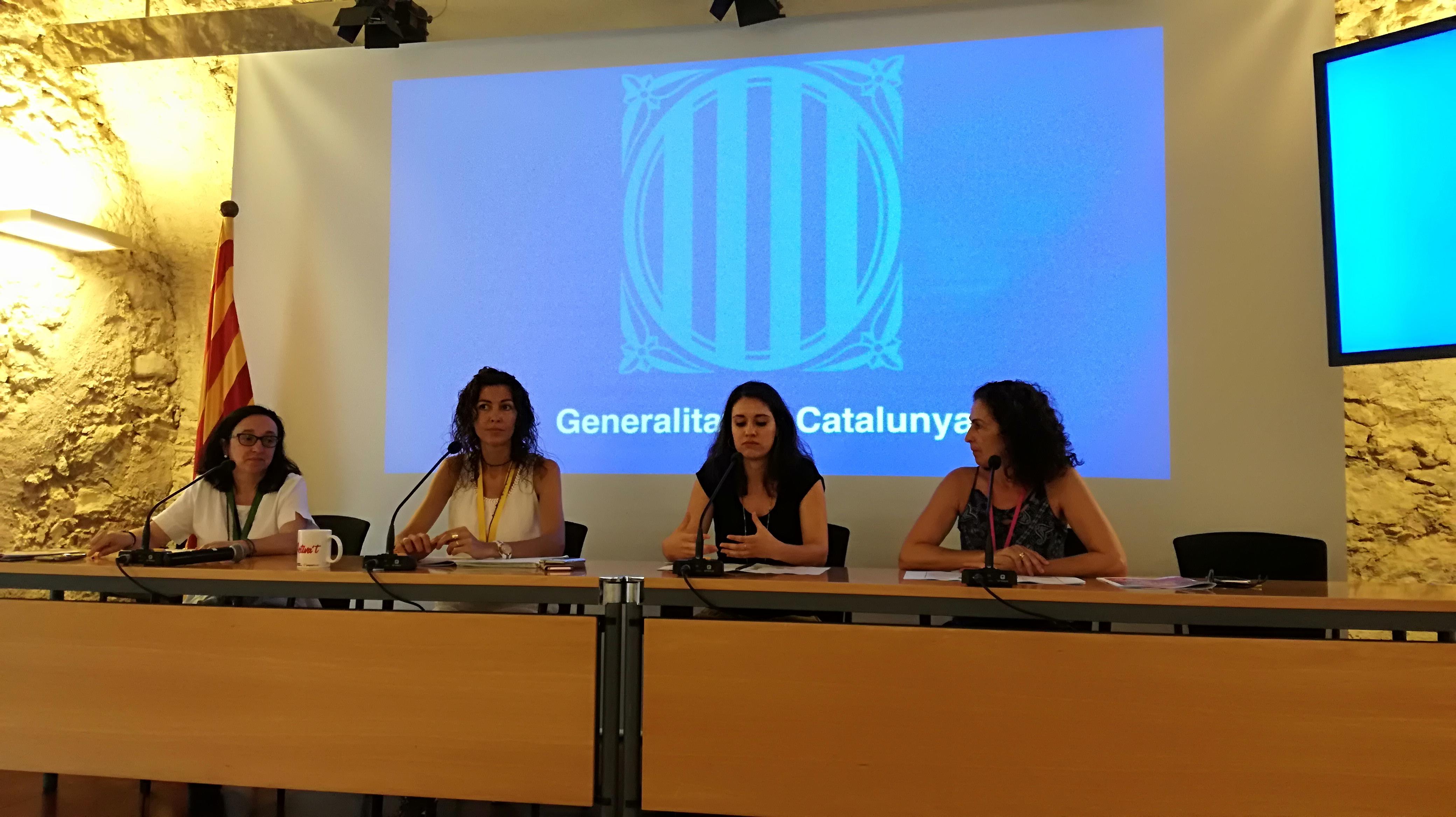 """L'alumna del cicle de Dietètica del Centre Garbí Joana Sardá presenta a la Delegació del Govern de Girona el document """"Les receptes saludables de la carmanyola de la GG"""""""