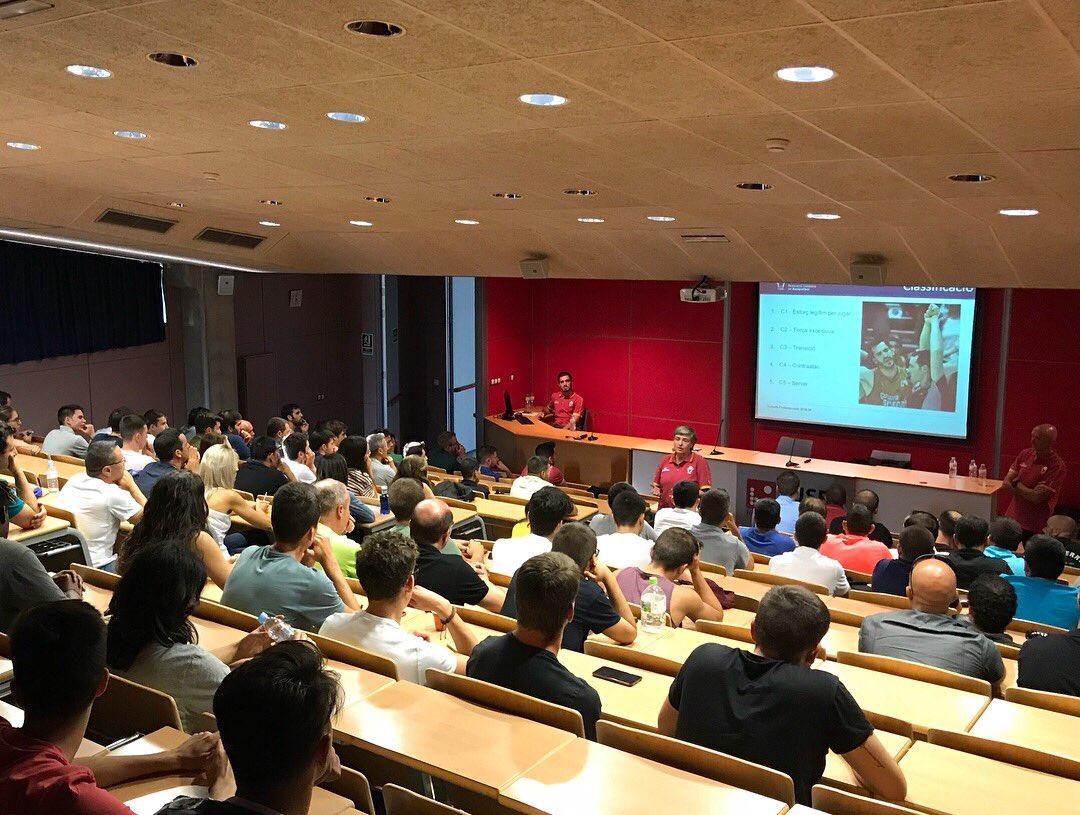 L'Escola Universitària de la Salut i l'Esport acull la trobada arbitral de bàsquet d'inici de temporada amb més de 160 participants