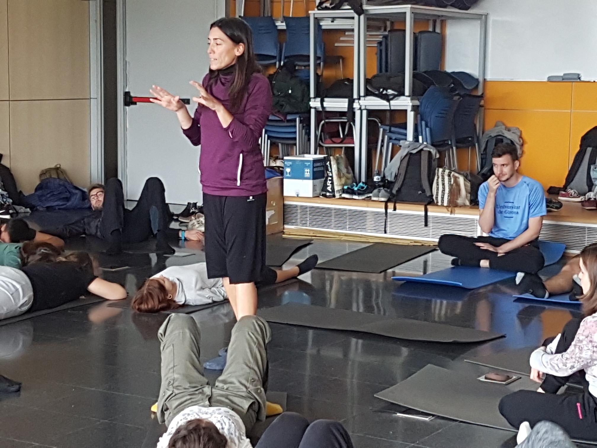 Taller pràctic sobre la percepció corporal i sensitiva per part de la Dra. Glòria Rovira, professora de CAFE, als alumnes de 4t de fisioteràpia