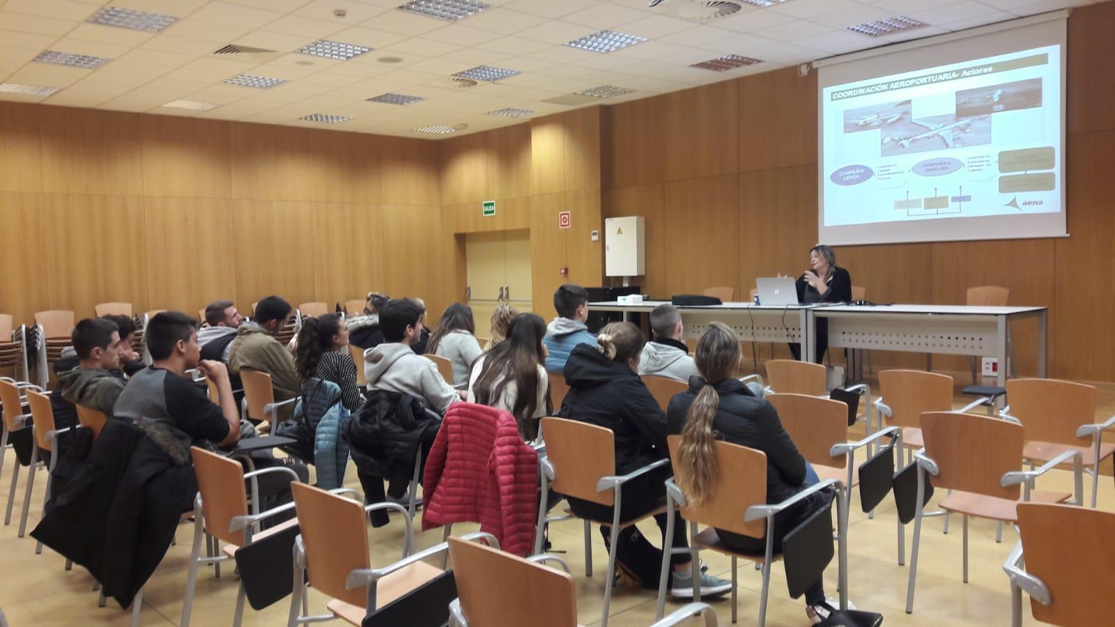 Els estudiants de 2n curs de TES del Centre Garbí visiten el Centre Coordinador de l'Aeroport de Girona i el seu equip de bombers
