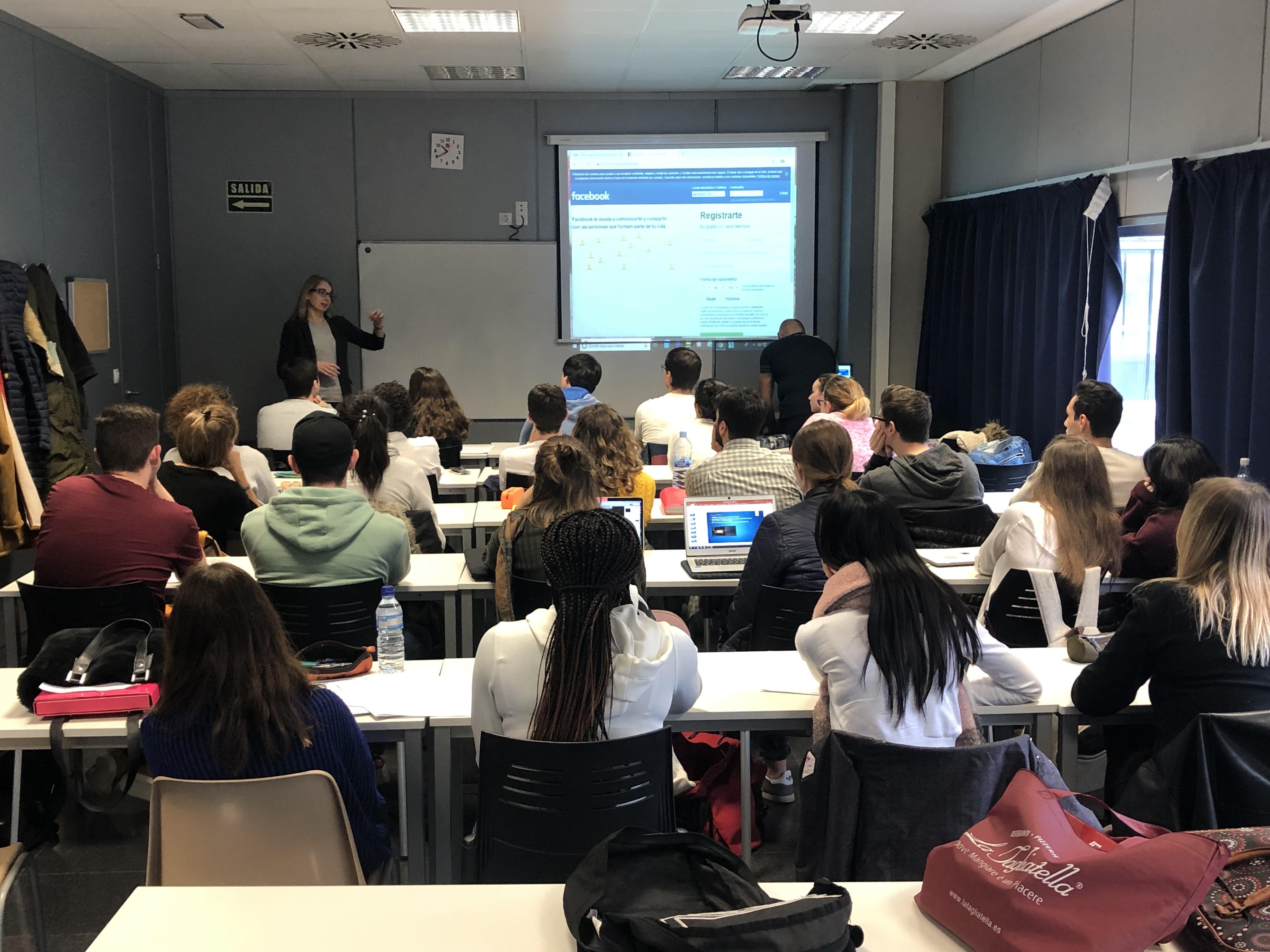 Alumni presenta la seva oferta als estudiants dels graus d'EUSES del Campus de Salt i de Terres de l'Ebre i dels cicles formatius del Centre Privat Garbí