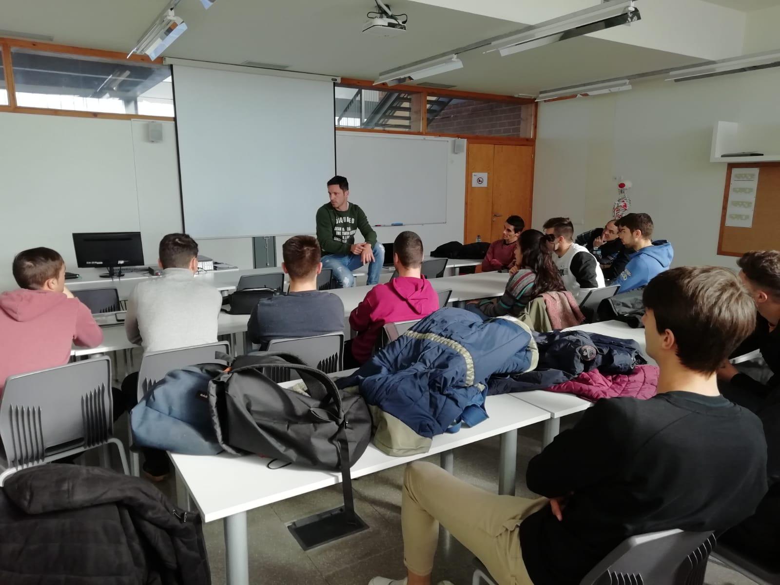El futbolista Edu Albacar parla de la metodologia d'entrenament als estudiants de 2n curs del Grau en CAFE de Terres de l'Ebre